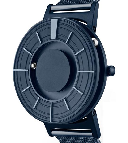 ケース表面に配されたボールは「分」を、側面のボールは「時(じ)」を指す「触る時計」| EONE(COSMOS)