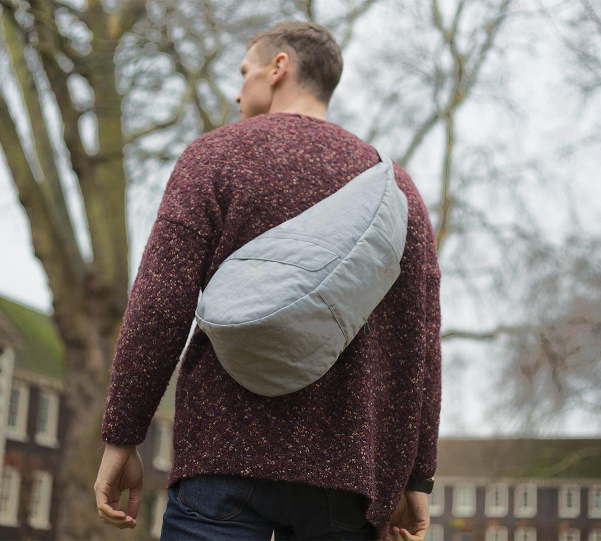荷物が取り出しやすく、体にフィットする設計のボディバッグ|Healthy Back Bag