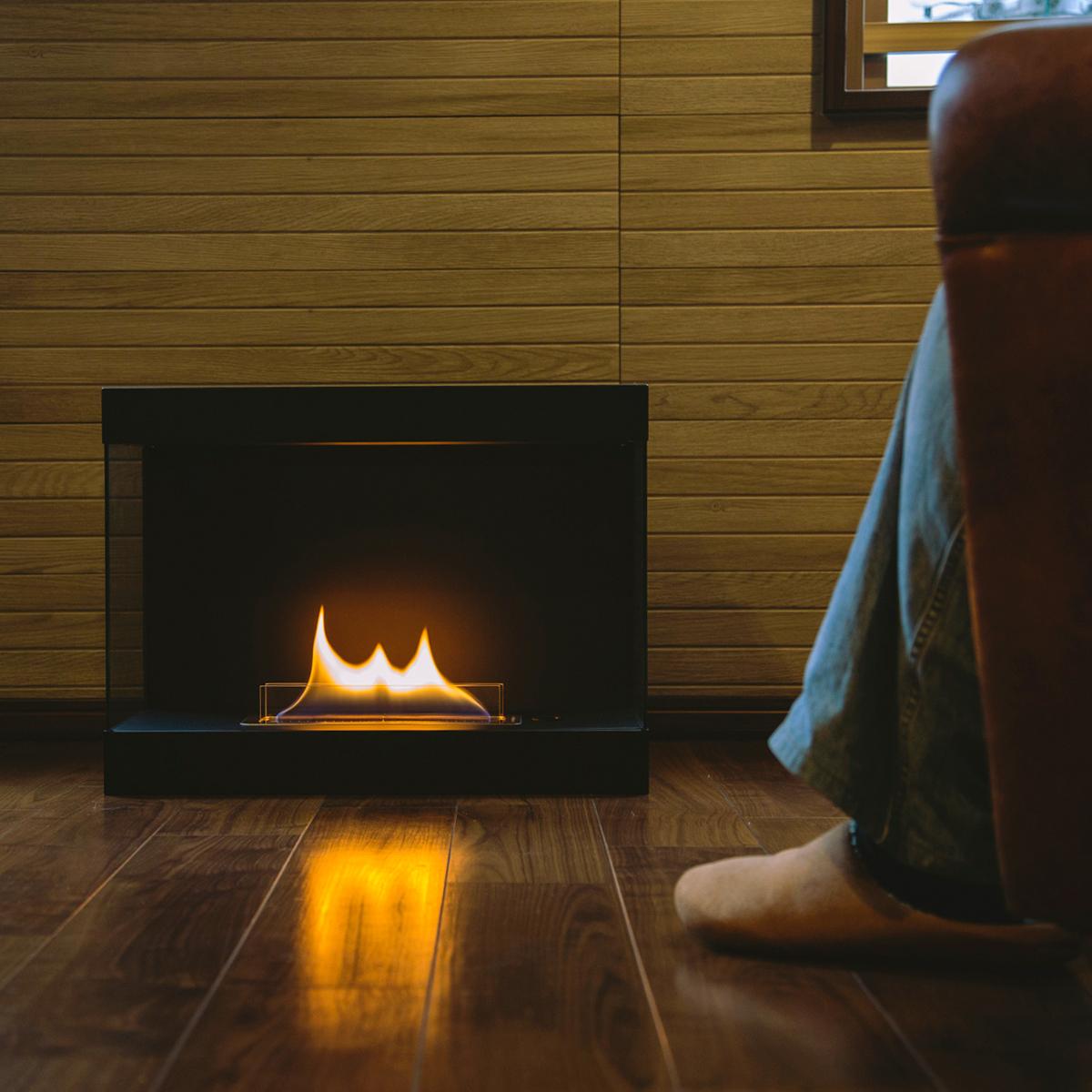 書斎スペースに置いて、一人で、パートナーと二人で、ゆったり眺めるのもおすすめ。安全な専用燃料で片づけいらず、ニオイも煙も出ないから、家のどこにでも置けるバイオエタノール燃料を使った「暖炉」|LOVINFLAME VENTFREE