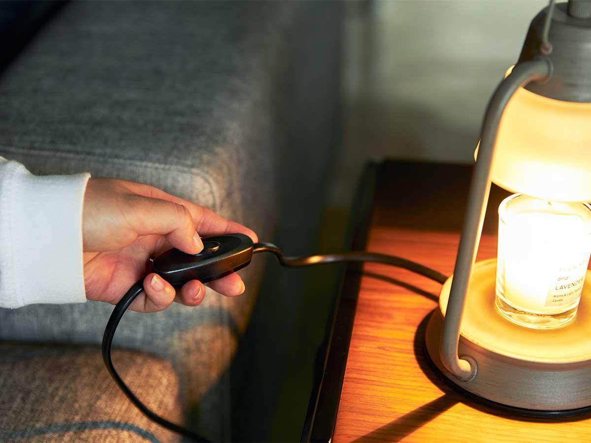 部屋の明かりを落として、キャンドルを寝る前に。火を使わずにアロマキャンドルを灯せて、明かりと香りも楽しめる卓上ライト「キャンドルウォーマーランプ」 kameyama candle house