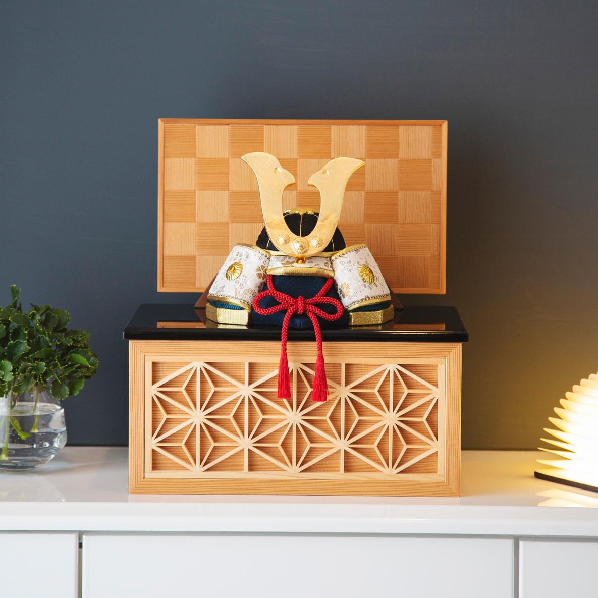 日光東照宮の造営にルーツを持つ、「鹿沼寄木細工・組子細工」をあしらった人気モデル。6つの日本伝統工芸をコンパクトにした、木目込の「プレミアム兜飾り」| 宝輝 | 柿沼人形