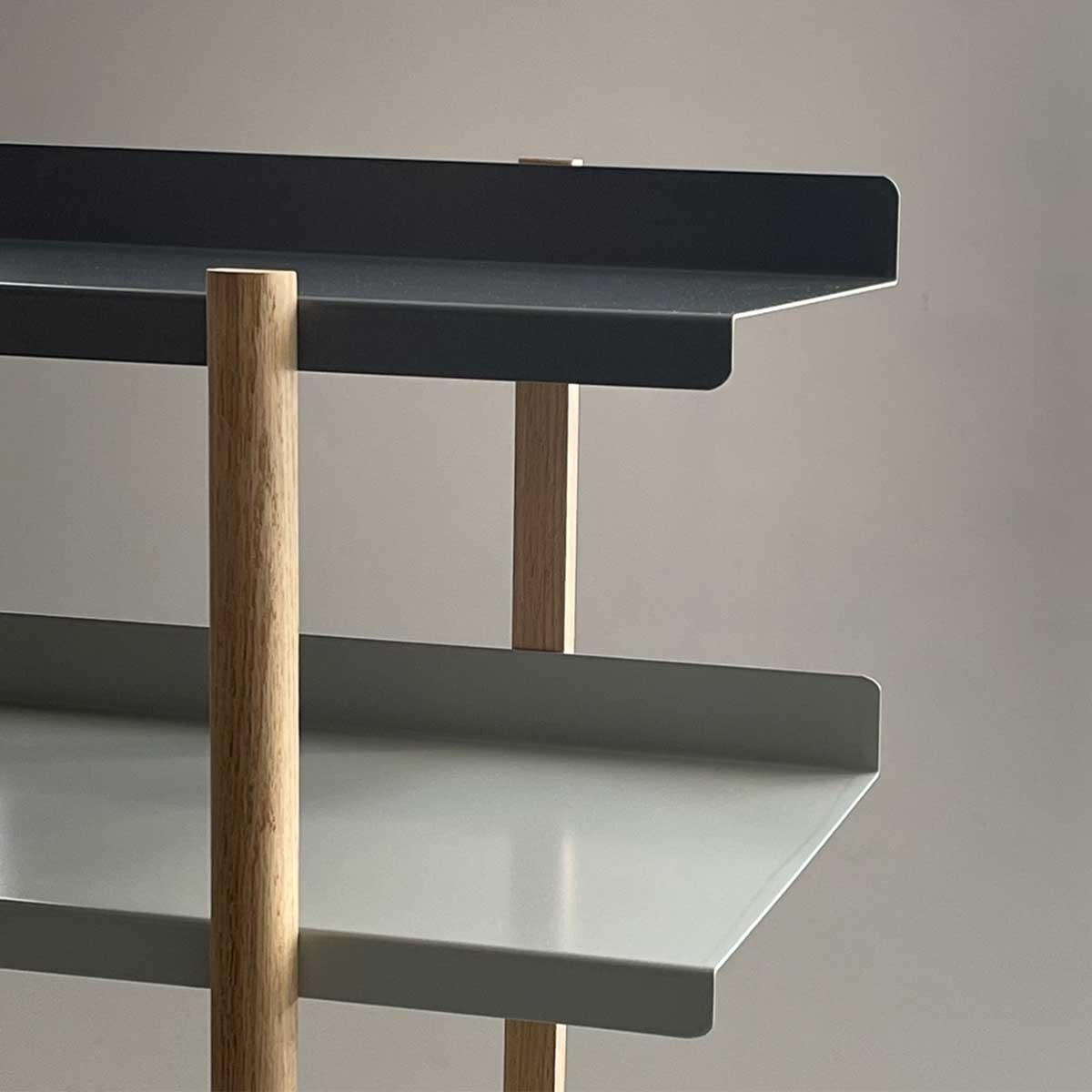 棚板は、薄いスチール製ですが、頑丈さは◎。色違いの棚板を入れ替えるたびに、新鮮な空間づくりができる「シェルフ(棚)」DUENDE Marge Shelf(デュエンデ マージ シェルフ)