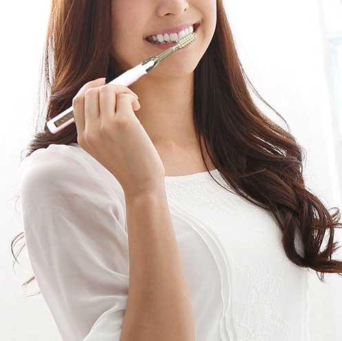 歯の不快なネバつきが、ほとんどなく、驚くほどツルッツルに。光触媒の効果で、歯磨き粉なしでも歯垢がとれる「電動歯ブラシ」|SOLADEY
