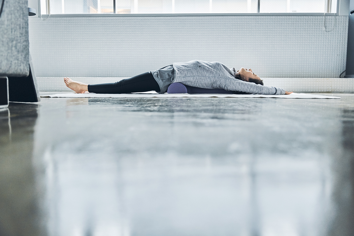 ただの伸びでは経験できない開放感と気持ちよさ。体のバランスを自分で整える。予約殺到「ソリデンテ南青山」サロンの技を自宅で体感できる「ストレッチ枕」|ミオドレ式寝るだけストレッチ枕