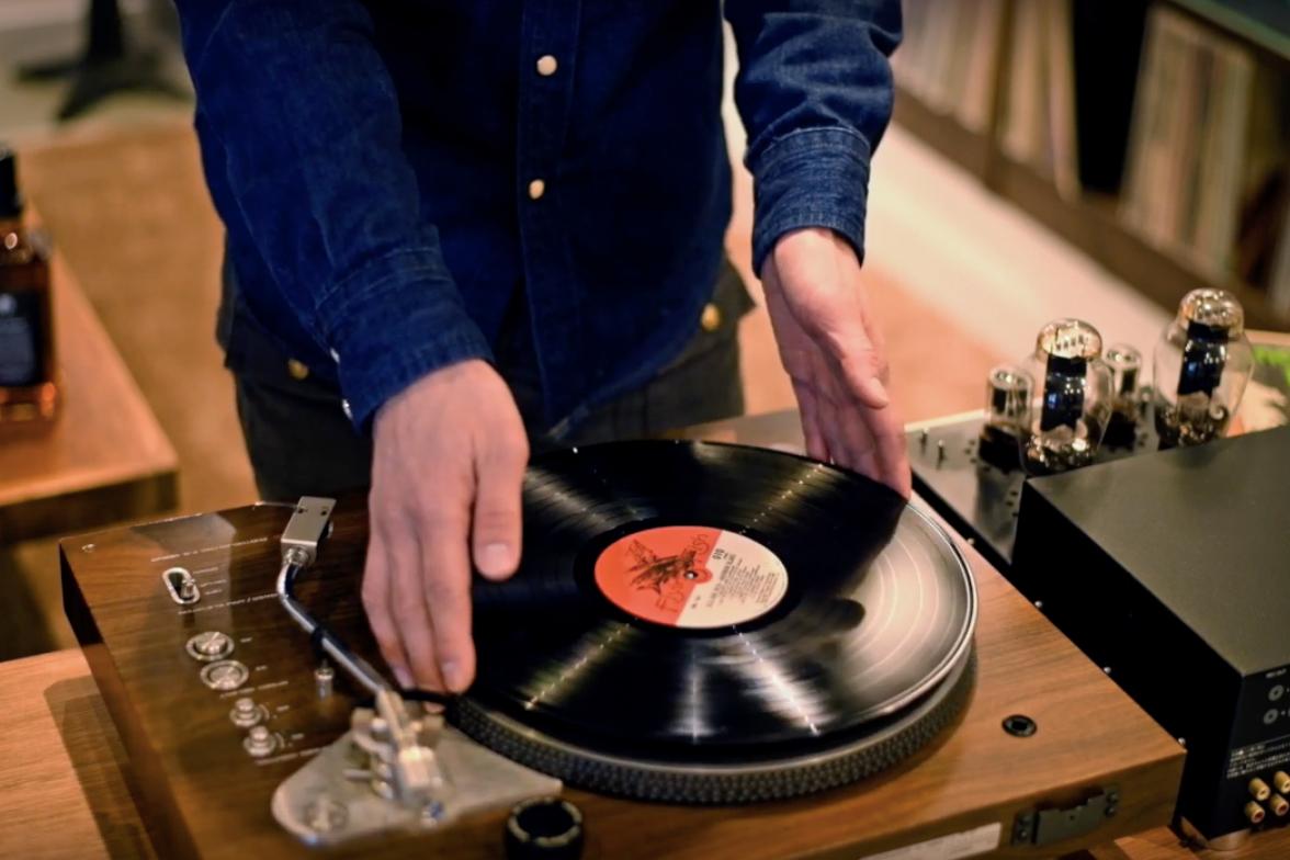 わが家の「レコードショップ」のように。大好きなジャケットを目線の高さで楽しめる、大容量レコードラック|レコードディスプレイラック