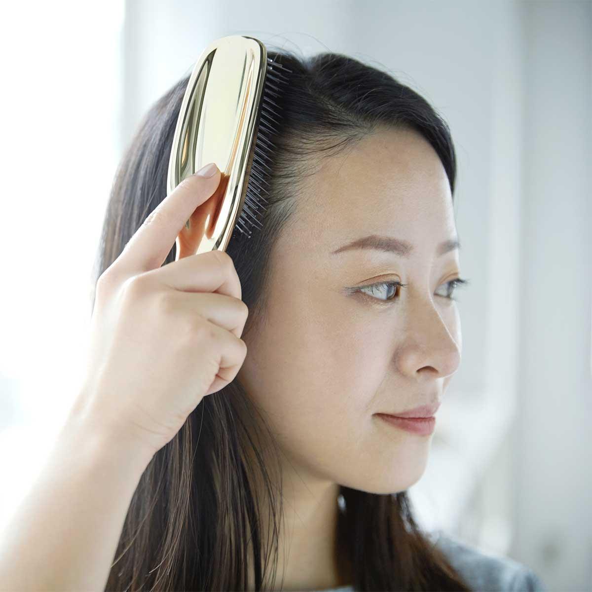 髪がパサつく、切れ毛や抜け毛が増えてきたという人は、「頭皮ケア」を始めましょう。スカルプブラシ(育毛ブラシ)|SCALP BRUSH(スカルプブラシ)