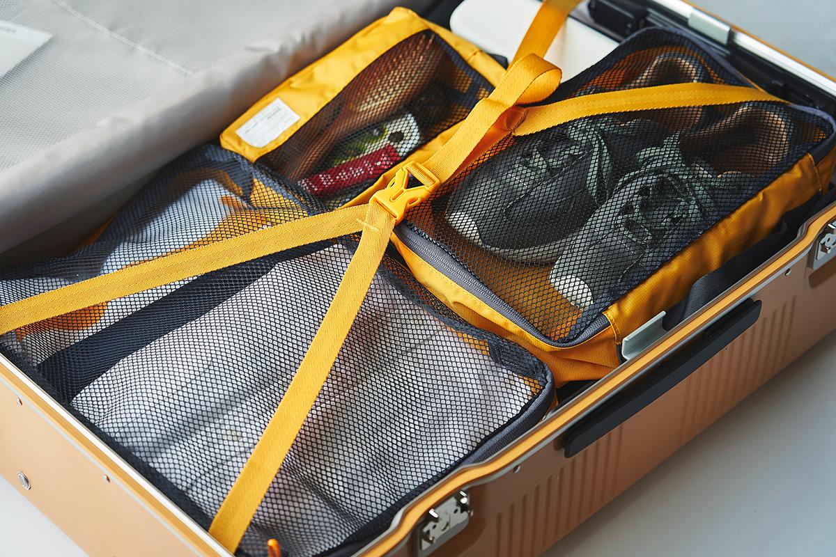 スーツケースにポーチを収納したまま荷物の出し入れが可能。ワンアクションで開ける画期的な構造!絶妙なサイズ感の収納ポーチ(トラベルポーチ)3点セット|RAWROW