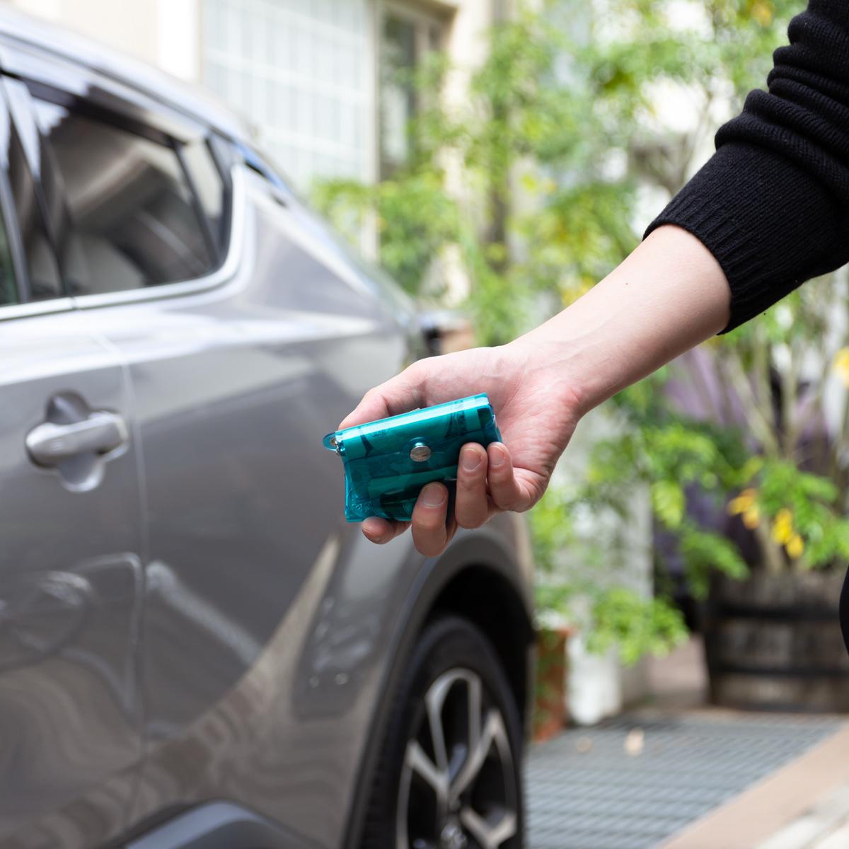 車の鍵に付けて、ちょっとした買い物や気分転換のドライブにも◎!ミニマム構造がかなえる、軽量&収納力の「ミニ財布」|SALLIES