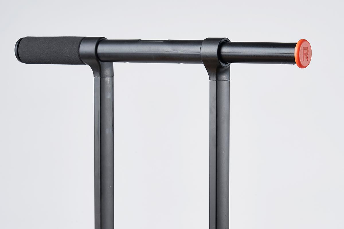 付替え方法④|何度でも、自分で付替えできる。愛用スーツケースを好きな配色にカスタマイズ!TTハンドルの横顔を気分に合わせて付替えできる「ハンドル用キャップ」|RAWROW
