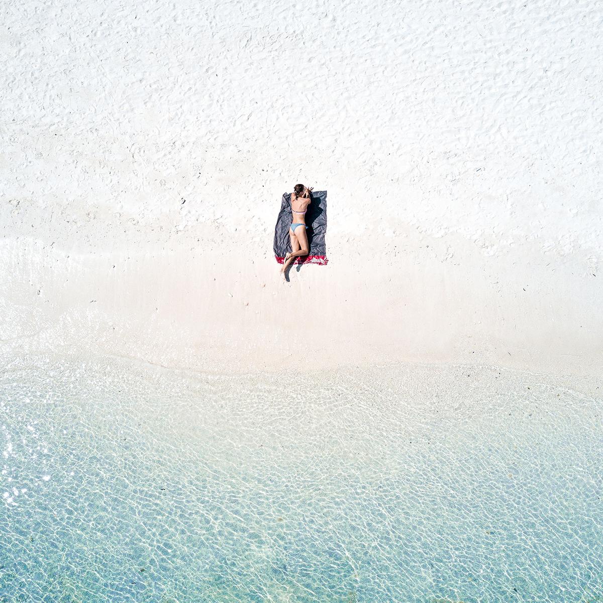 海への恩返しもできる。広げるだけで、どこでもビーチ気分!手のひらサイズにたためる撥水仕様のレジャーシート「OCEAN」(夏限定) Matador POCKET BLANKET
