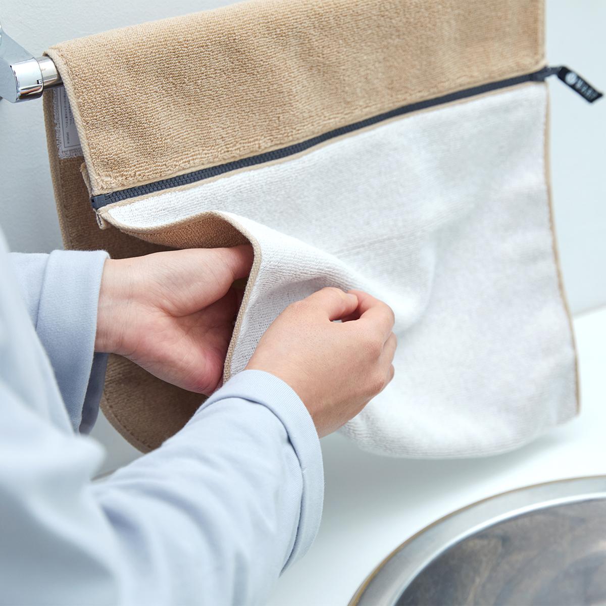医師の岡崎成実氏が「いつも清潔な繊維製品」を求めて、タオルの老舗、一広(いちひろ)とつくった新しいタオル。酸化チタンと銀の作用で、生乾き臭・汗臭の菌を分解する「タオル」|WARP