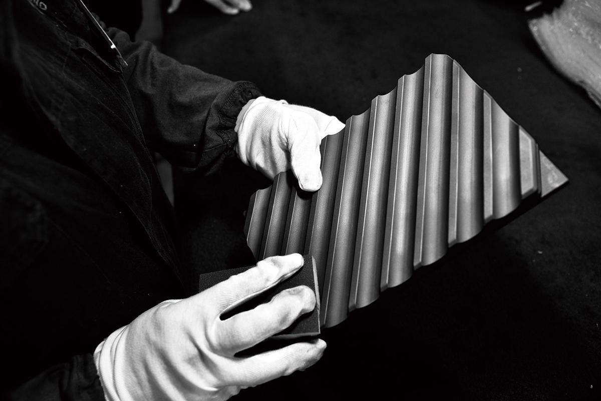 独自の「炭プレート」は、原料であるカーボン(炭素材料)の粉砕から成型、焼成と冷却、さらに削り出し、研磨まで、職人たちが約100日がかりで製造。|極厚炭グリルでパリッ、ふわっ、旨っ!コンロで手軽な「魚焼き器」|新潟・燕三条のオークス製の大人の焼魚 炭グリル