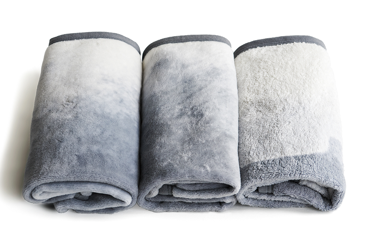 男性も女性も、大人も赤ちゃんも。ベッドカバーを掛けなくても、これ1枚で、寝室の顔になれる。夏も冬も、ずっと使える。ありそうでなかった綿毛布|FLOOD OF LIGHT(フルード オブ ライト、光の洪水)|LOOM&SPOOL