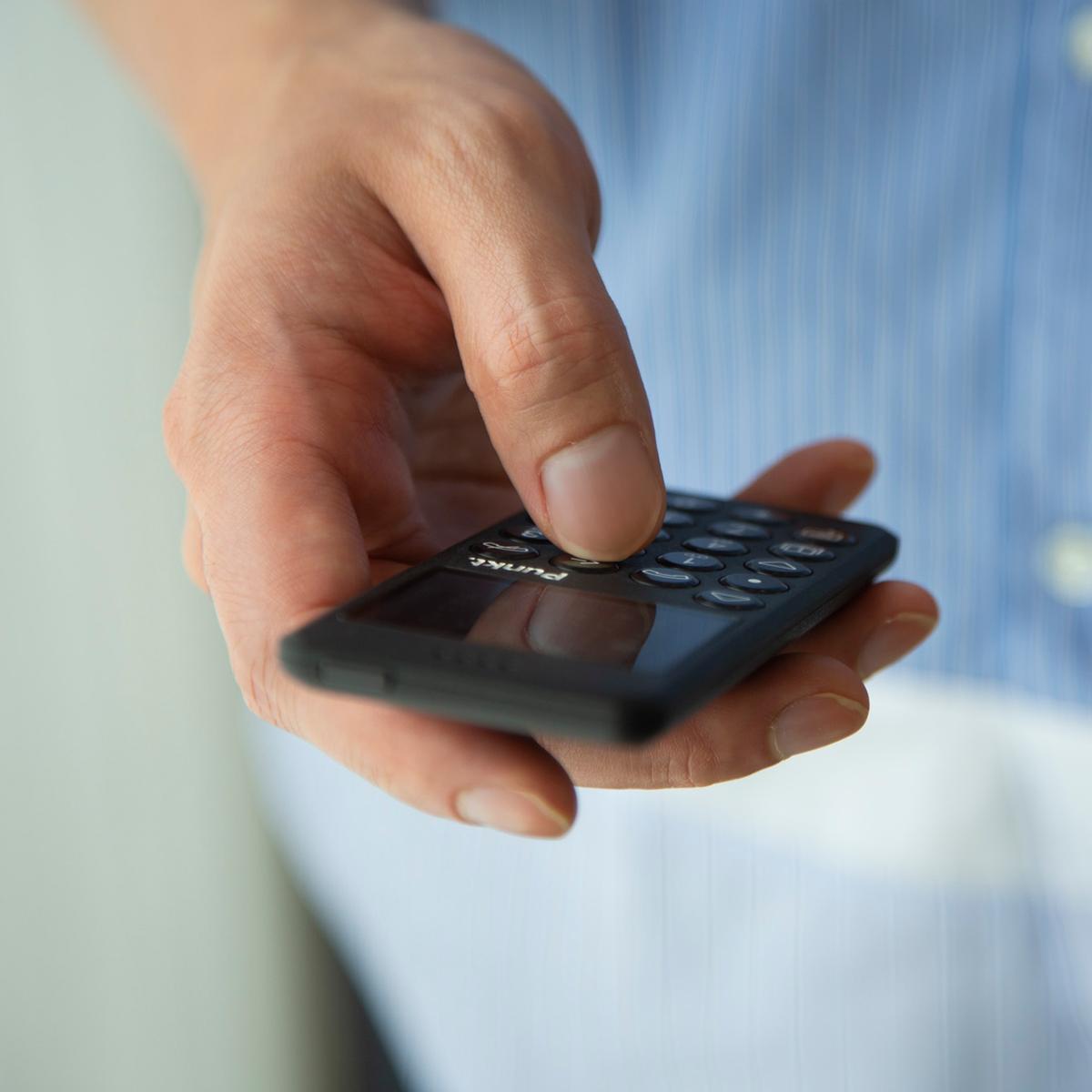 余計な機能がないうえ、モノクロ表示だから消費電力も少ない携帯電話・ミニマムフォン|Punkt.(プンクト)