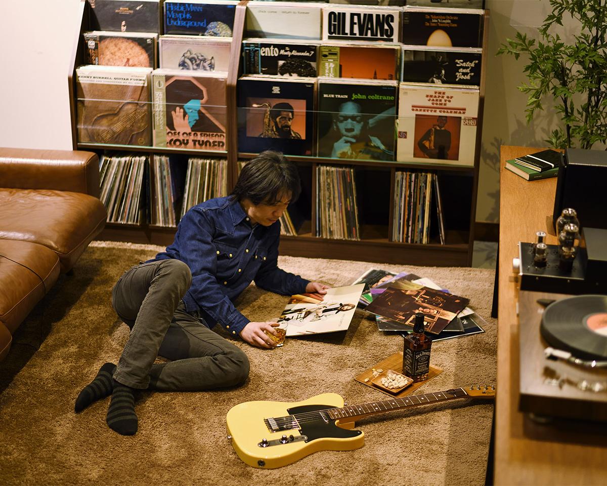 レコードショップの雰囲気を後押ししてくれるのが、中段と最下段の木製ラック。大容量レコードラック|レコードディスプレイラック