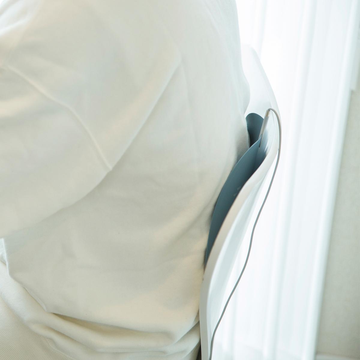 いつものイスで、至福の腰湯気分。オフィス・旅行・アウトドアに!開発に10年かけた、インクで安全発熱するシート型ヒーター「USB式温熱マット」|INKO(インコ)
