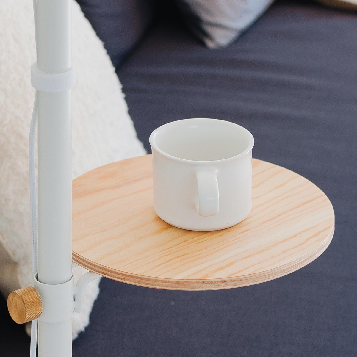 お気に入りのイスを置けば、読書や書き物、お茶をするのに重宝する「丸テーブル」。照明とテーブルがセットできる「つっぱり棒」|DRAW A LINE ランプシリーズ