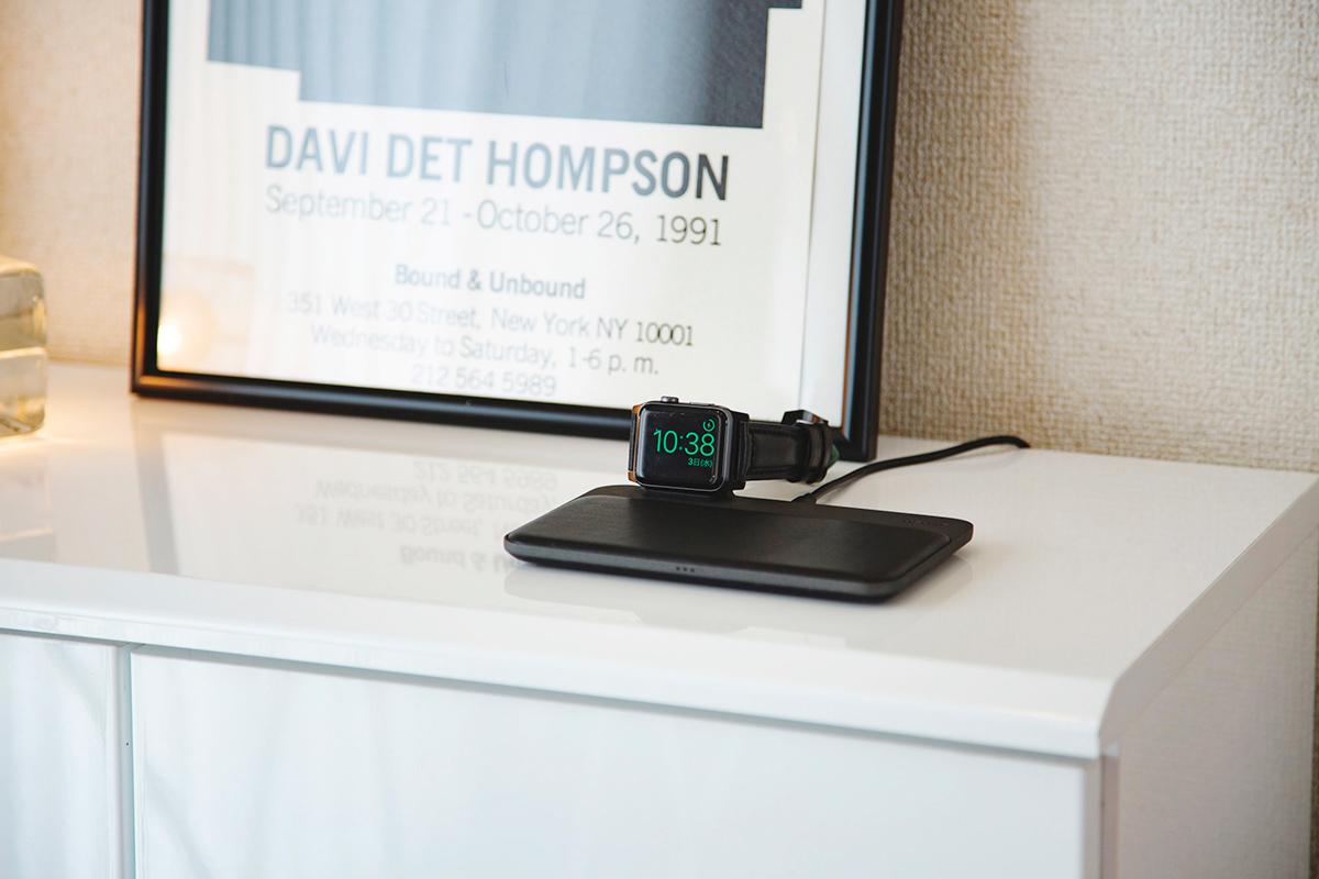 家具のようにお部屋のインテリアにも馴染む、本革張りのデバイス専用ソファのような「ワイヤレス充電ベース」Base Station(Apple Watch Edition)| NOMAD