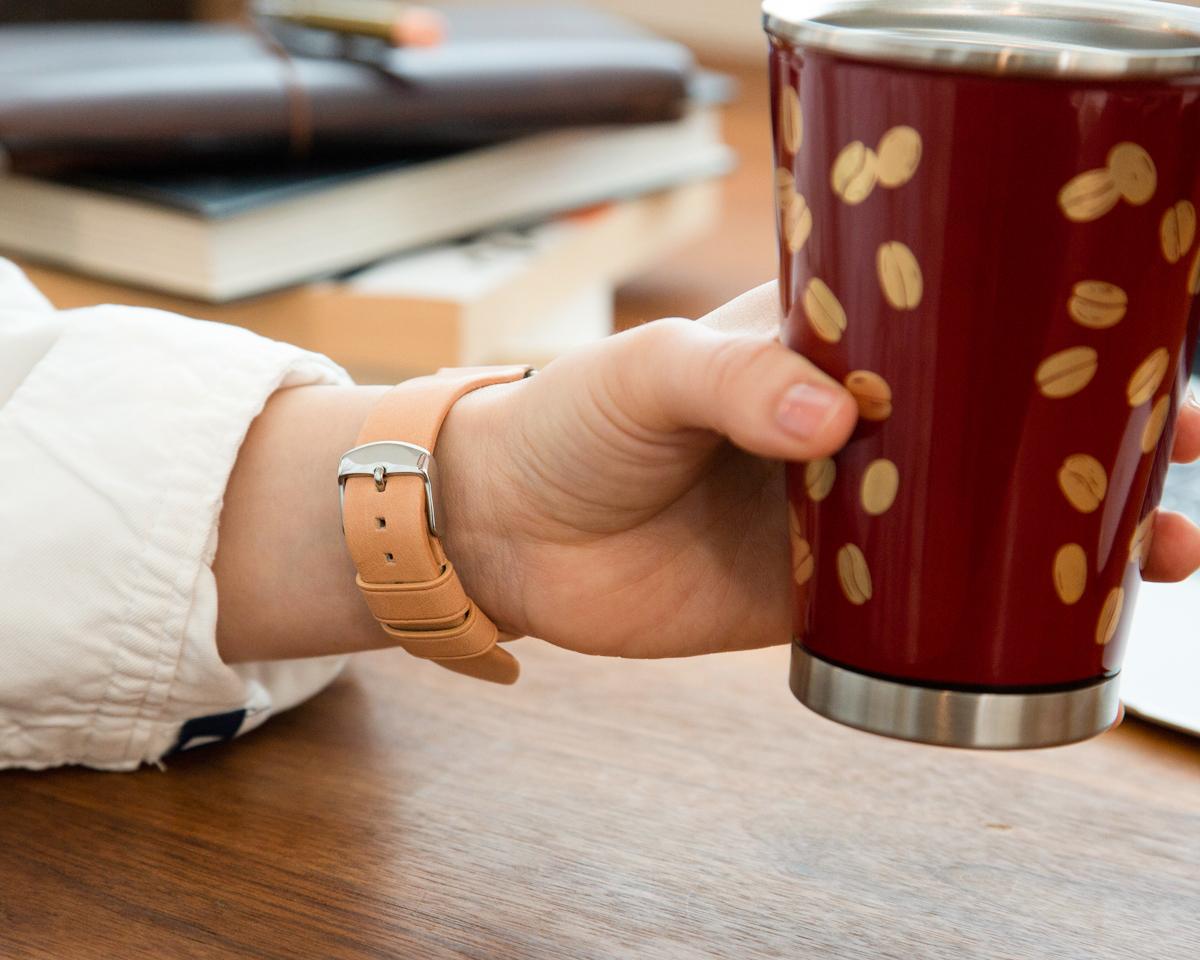 毎日触れることであなたの手脂が染み込み、革に含まれるタンニン成分が酸化して味のある色へと深化するヌメ革のApple Watchバンド・AirPodsケース|NOMAD