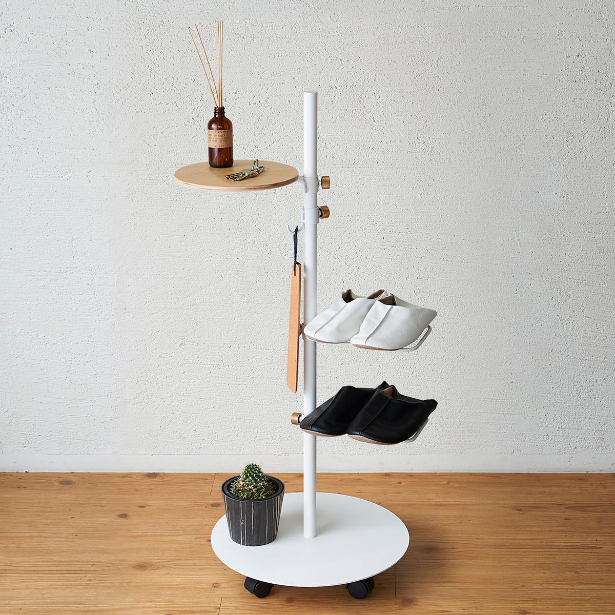 「シューラック」があれば、靴やスリッパをちょうど1足分置けます。場所をとりがちな傘立て代わりにも。キャスター台つきポール「Move Rod(ムーブロッド)」|DRAW A LINE(ドローアライン)