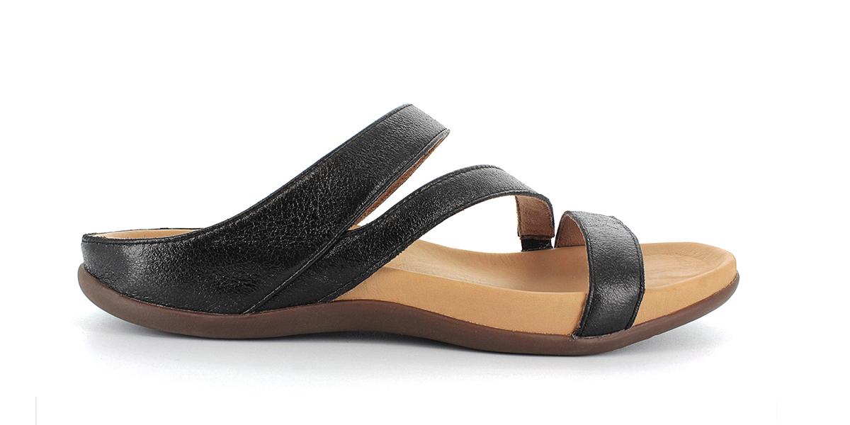 足裏全面をサポートする、独自開発の立体インソールで、スニーカーみたいに歩き回れる「サンダル」|strive KONA