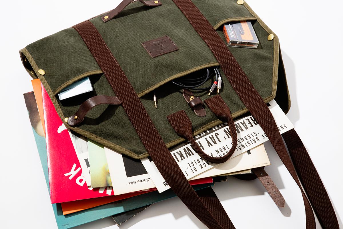 レコードバッグ|シート状に広げられて、大判サイズの出し入れがラク!街で活躍する「薪トート」|LAUGH WRINKLES×池之端銀革店