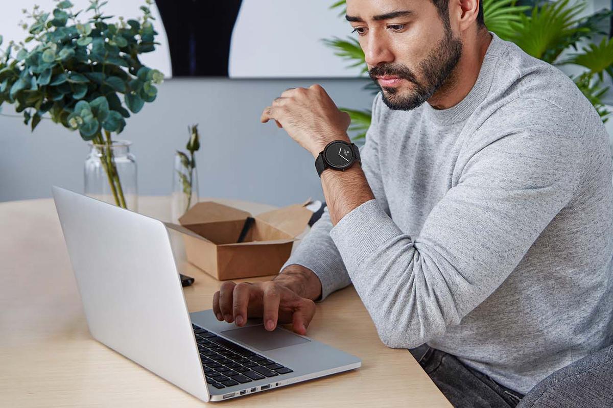これからの健康は、スマートウォッチから。シンプル操作なのに、スマホ検索や着信通知といったサポートも。24時間、あなたの活動量も睡眠も見守ってくれるスマートウォッチ|noerden(ノエルデン)