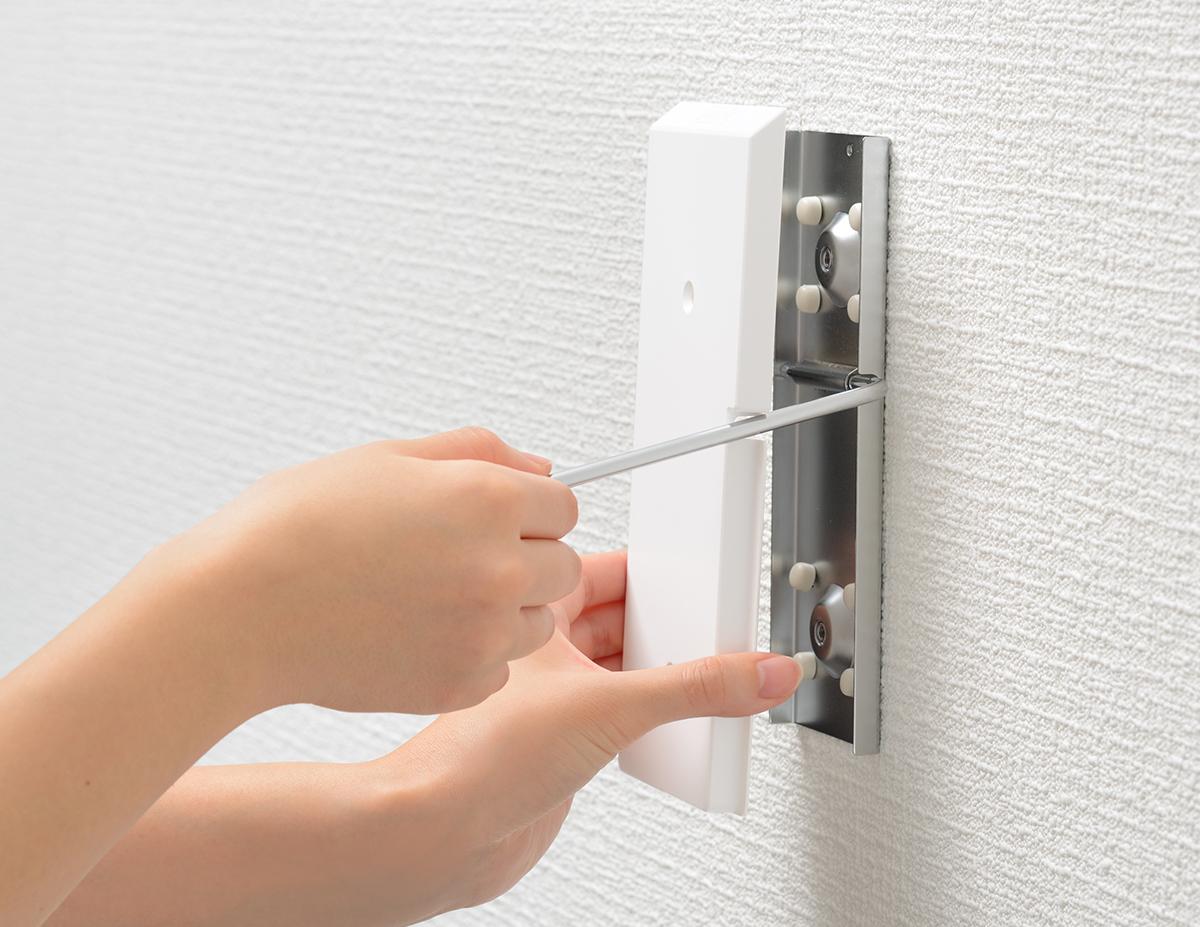 取り付け②|穴が目立たない極細ピンで、コードレス掃除機をスマートに壁掛けできるフック|Pinde(ピンデ)