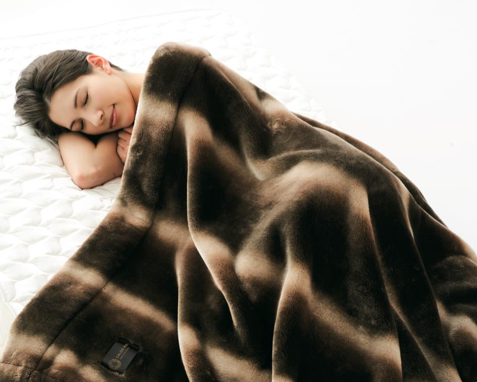 短めの毛足はフワッフワの感触で、触れるだけでジンワリとした暖かさが伝わってきます。暖かさはもう当たり前、軽さとなめらかさも実現した「掛け毛布・敷き毛布」|CALDONIDO NOTTE(カルドニード ノッテ)