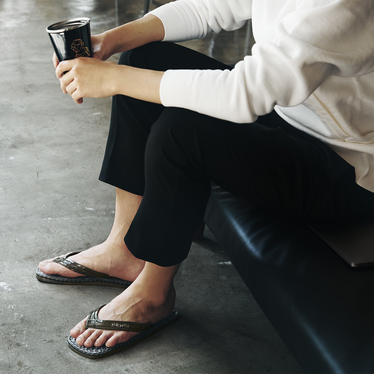 通気性バツグンだから汗をかいても足裏がペタペタしない。半球状の突起が、心地よく足裏マッサージしてくれるお洒落な「健康サンダル」|SENSI
