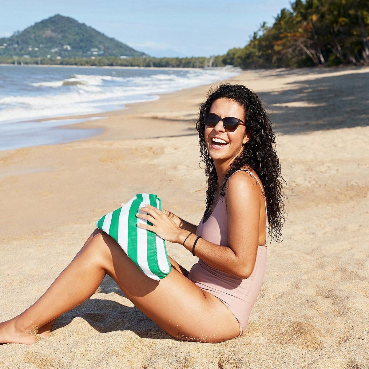 うっかりビーチに落としても、砂がくっつきません。髪が素早く乾くマイクロファイバー製のカラフルタオル(ヘアラップ)|DOCK & BAY