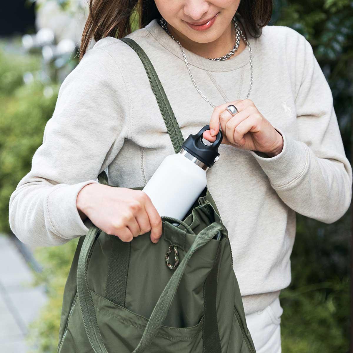 ぺたんこ状態にたたんでも、ミニマムなトートバッグとして、使い勝手が考え抜かれています。薄型トートバッグが大容量バッグに変身するバッグ|WARPトランスフォームジッパーバッグ
