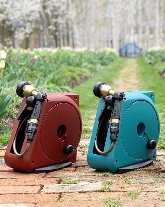 ヴィンテージ感漂うシャワーノズルに、落ち着いた色のホースケース。どんな庭にもしっくり合う「ホースリール」|Royal Gardeners Club(ロイヤルガーデナーズクラブ)