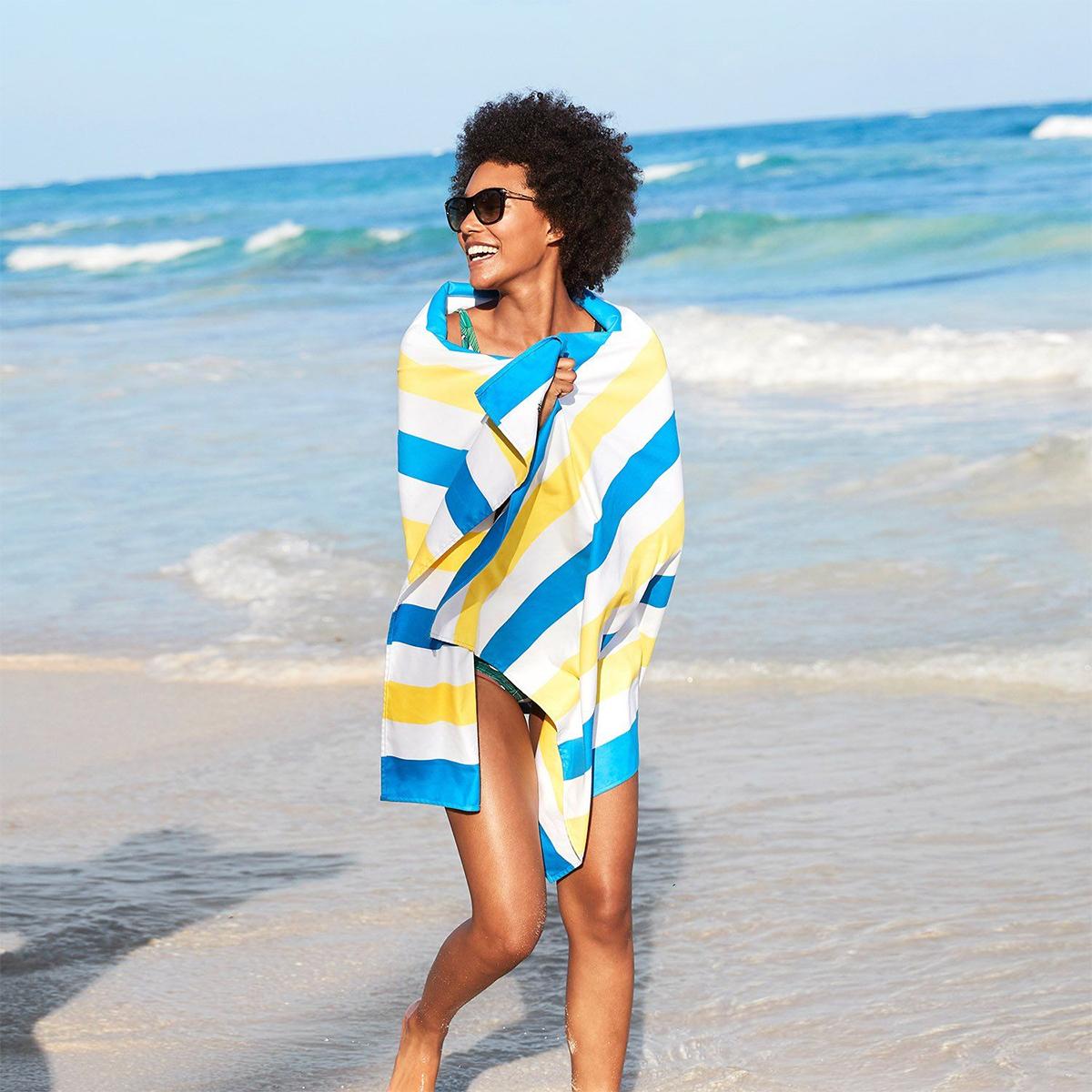 肩からかければ、羽織りとして、上半身をすっぽり包めるので、冷え対策に。大判のカラフルタオル(ビーチタオル)|DOCK & BAY