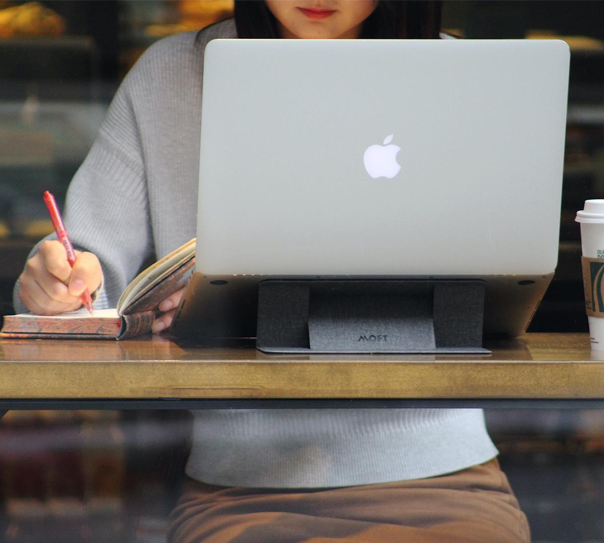 目線が上がって、自然と肩が開き、背筋も伸びる。無意識に力んでいた肩の力が抜け、PC作業時の姿勢がラクに。タイピングも快適になる薄さ3ミリの「ノートPCスタンド」|MOFT(モフト)