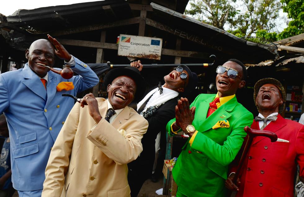 サプールのお洒落な紳士たちが楽しそうに笑っている