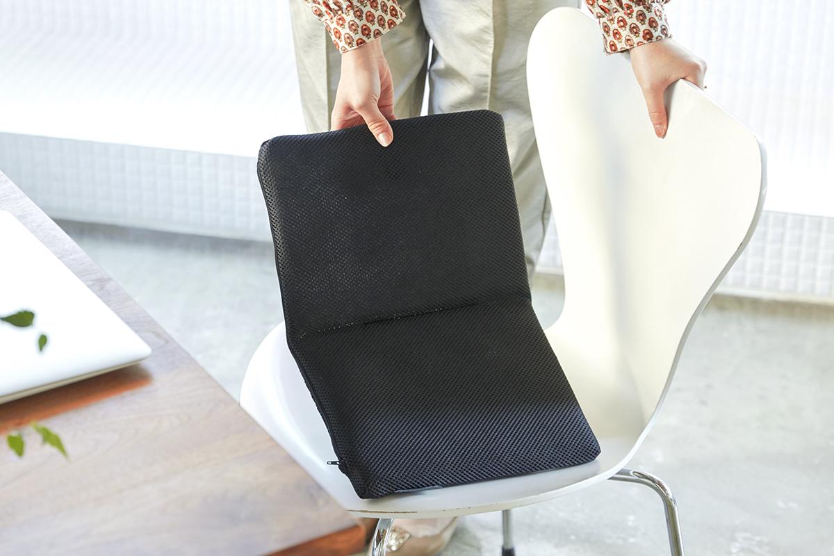 思わず、背すじもシャキッと伸びます。長時間のデスクワークも気持ちいい!ポリエチレン樹脂を編んだ「弾力凹凸マット」|リカバリーマット