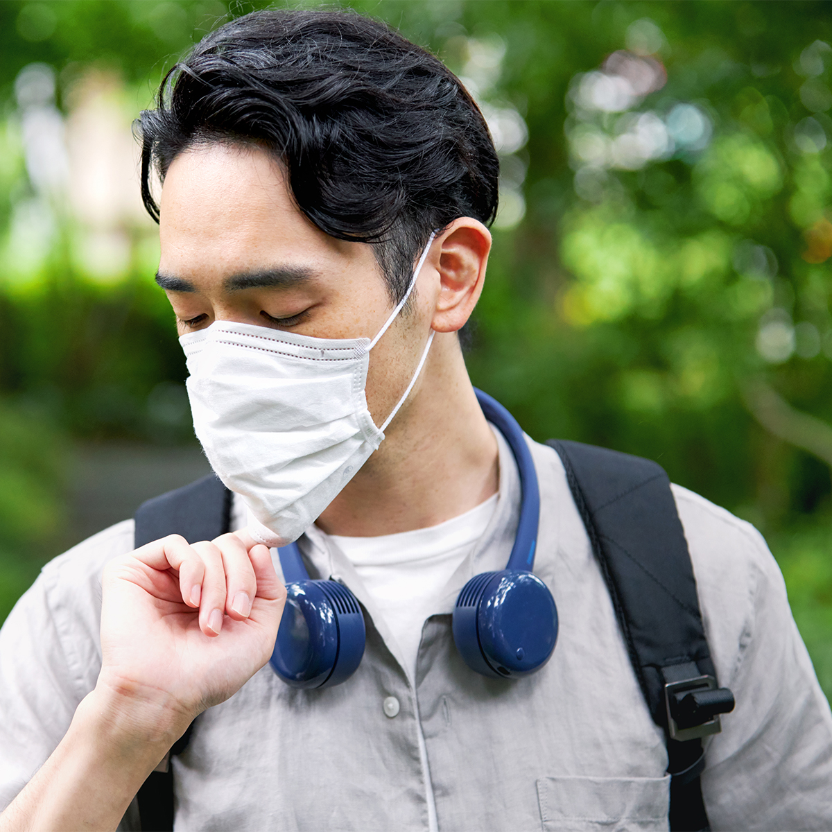 今年の夏は、マスクで顔が蒸れがち。どうしても熱くなった時は、マスクにすき間をつくって強風を送り込んでいますが、涼しさにホッとします。手ぶらで、心地よい風を浴びながら、通勤や買物に行ける「羽根なし扇風機」|FLEX