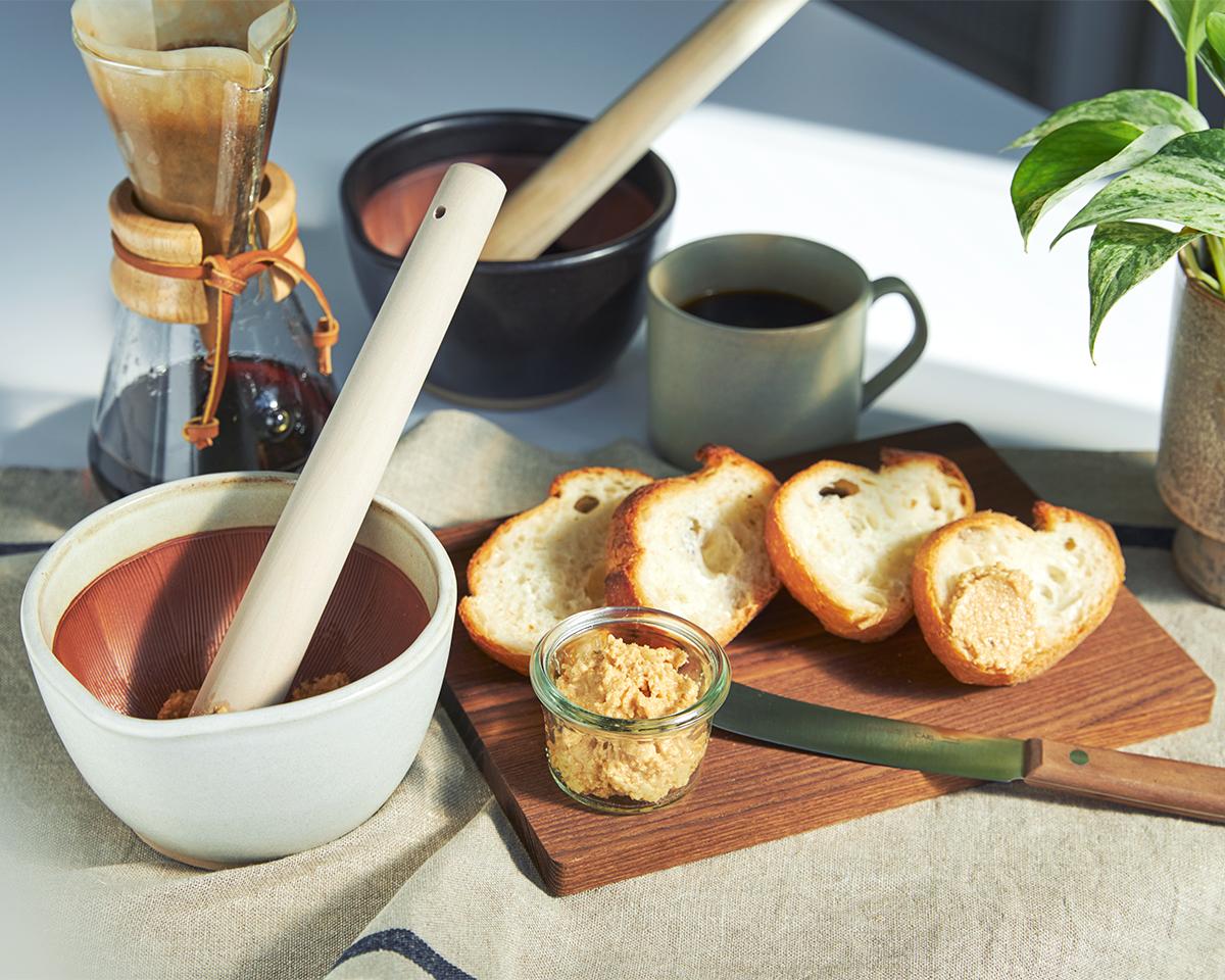 鉢の中で、あたらしいレシピが生まれる。鉢の中で玉子サンドやポテトサラダが完成!そのまま器になる石見焼のすり鉢とすりこぎ棒|もとしげ