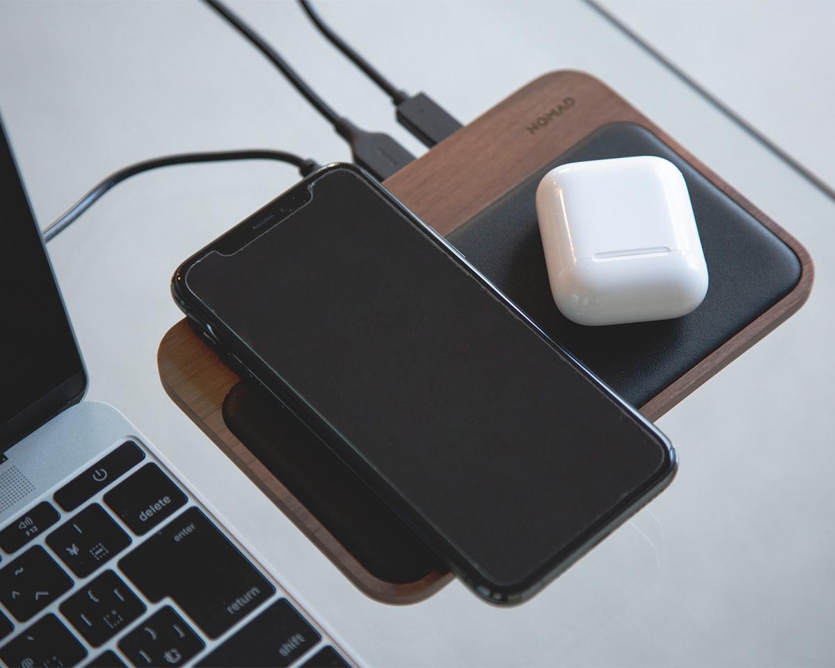 Qi非対応のデバイスでも有線で充電できるからデスクまわりはすっきり!iPhone、AirPodsを飾るようにまとめてチャージ、2つのUSBポートを備えたおしゃれな「ワイヤレス充電ベース」| NOMAD | Base Station