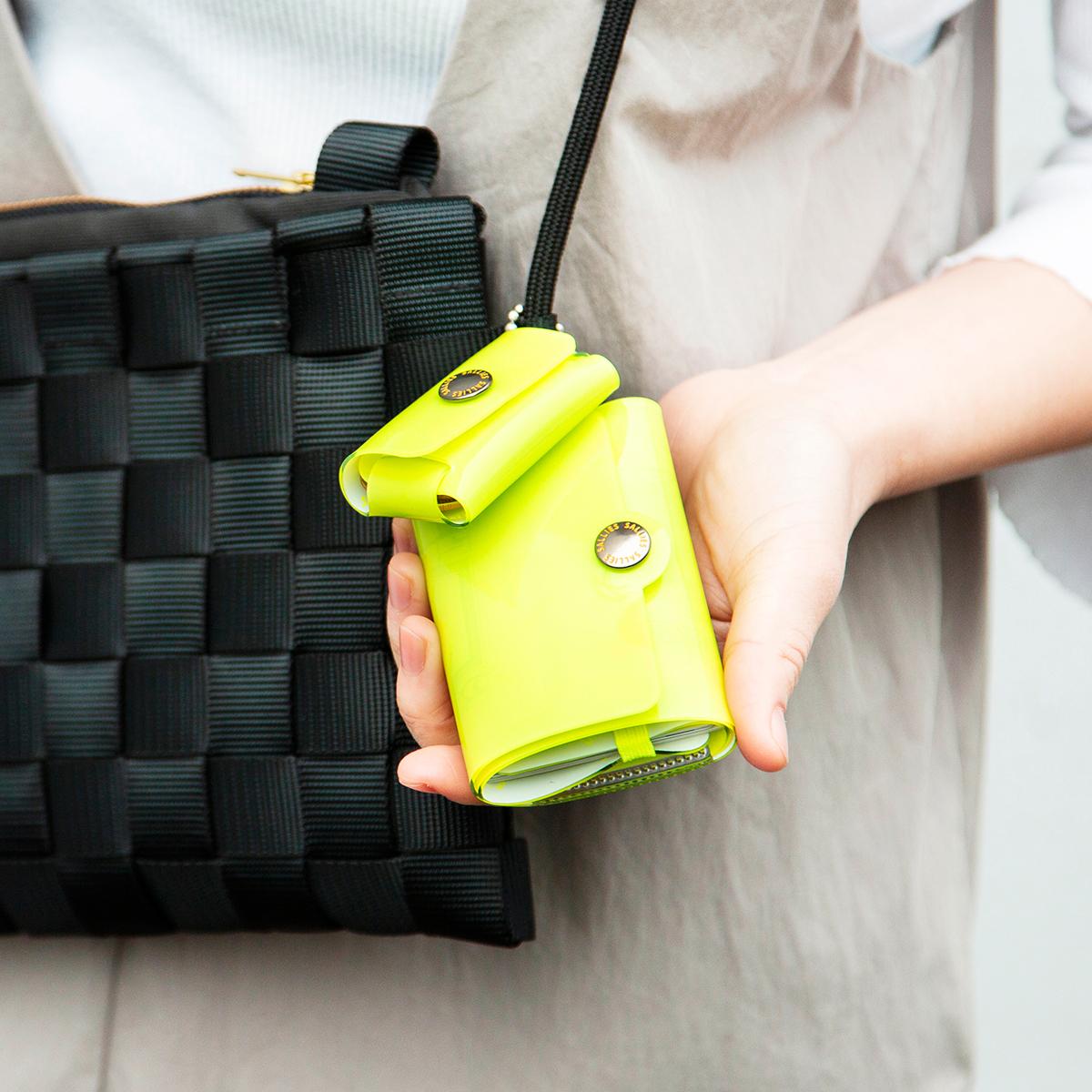 軽いのに強度や耐久性に優れており、水に濡れても染みたり劣化したりしない、レジャーシーンにぴったりの「ミニ財布」|SALLIES