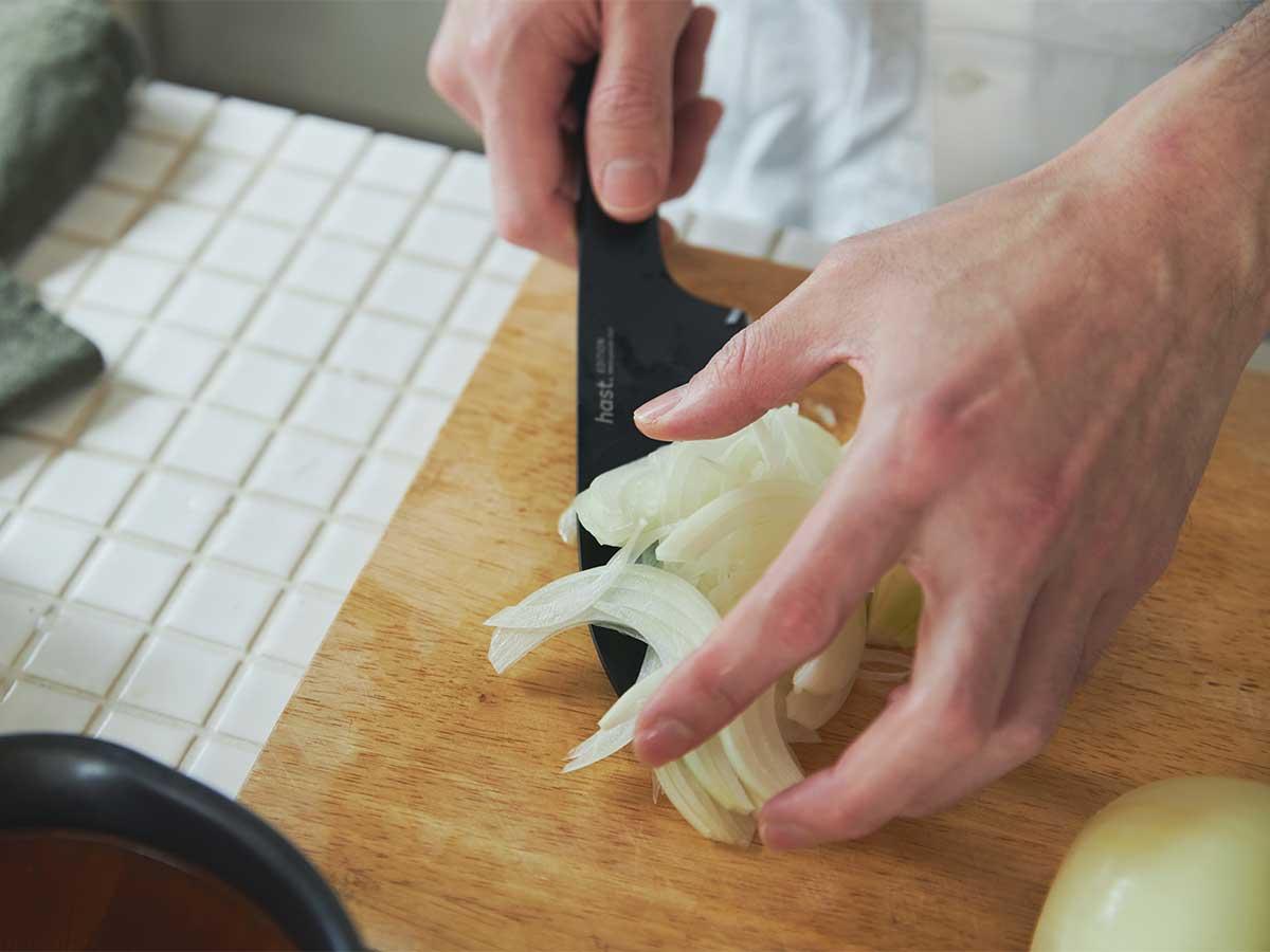 プロのような美しい断面に、料理初心者に料理好きのプレゼントに。極薄刃でストレスフリーな切れ味、野菜・肉・魚に幅広く使える「包丁・ナイフ」|hast(ハスト)