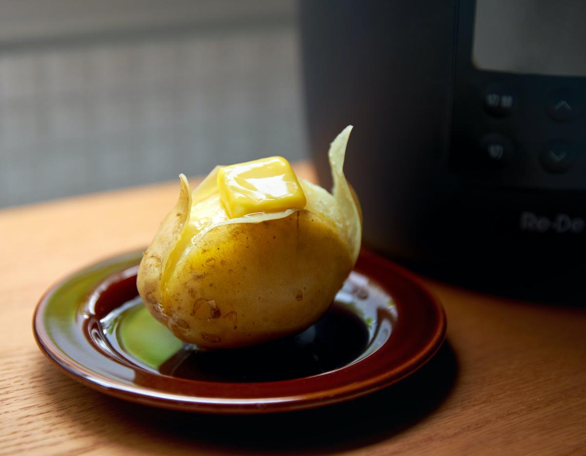 高圧で蒸したジャガイモは香りもいいので、このままバターを乗せてじゃがバターにしても絶品。肉はジューシーに、ジャガイモはホクホクに下ごしらえ!炊飯も調理も楽チンで早い「アシスト調理器・電気圧力鍋」|Re-De Pot(リデ ポット)