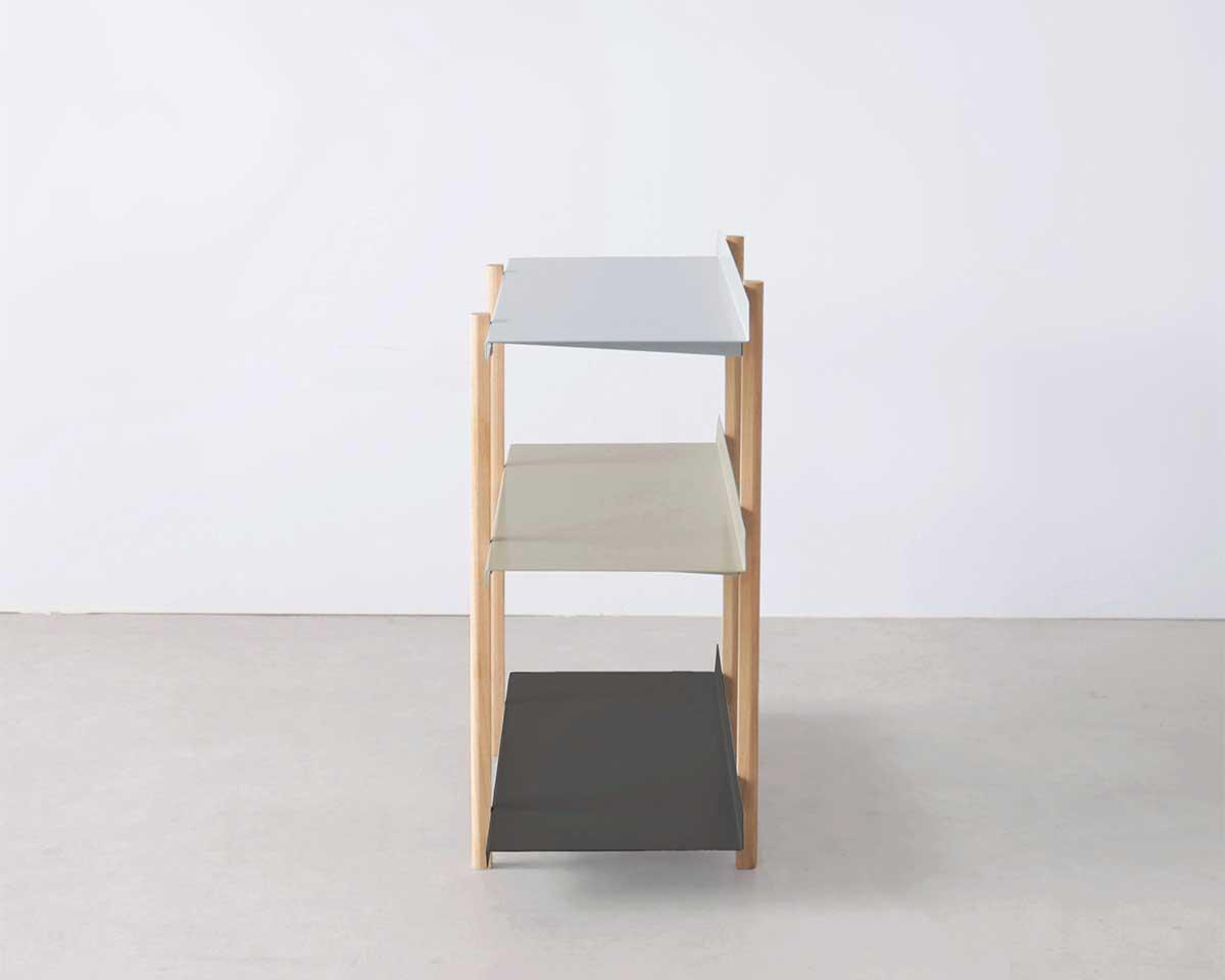 何も飾らずに置くだけでも、空間が引き立つ、まるでアートのような存在。色違いの棚板を入れ替えるたびに、新鮮な空間づくりができる「シェルフ(棚)」DUENDE Marge Shelf(デュエンデ マージ シェルフ)