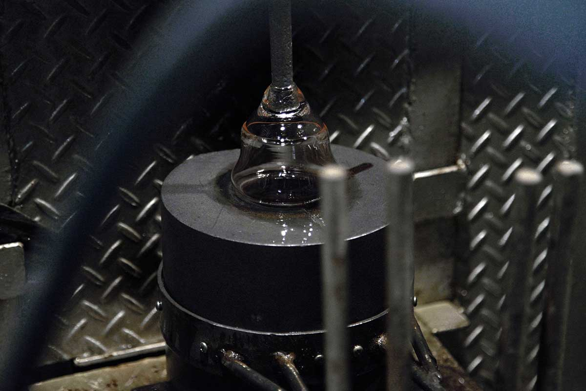 独特なくびれを表現するため「型吹き」という工法を用いて作られた。持ちやすさ、使いやすさ抜群。丸みとくびれのあるお洒落なデザイン|双円(そうえん)のグラス