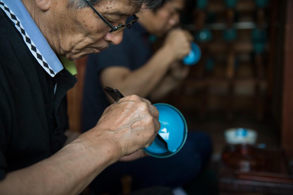 漆の調合から磨き、塗り、拭き上げ、検品など、それぞれの工程ごとに職人が分業で担当しているため、ひとつの器につき10人以上ものプロフェッショナルが関わっている「色漆のそば猪口」| 漆琳堂×MONOCO