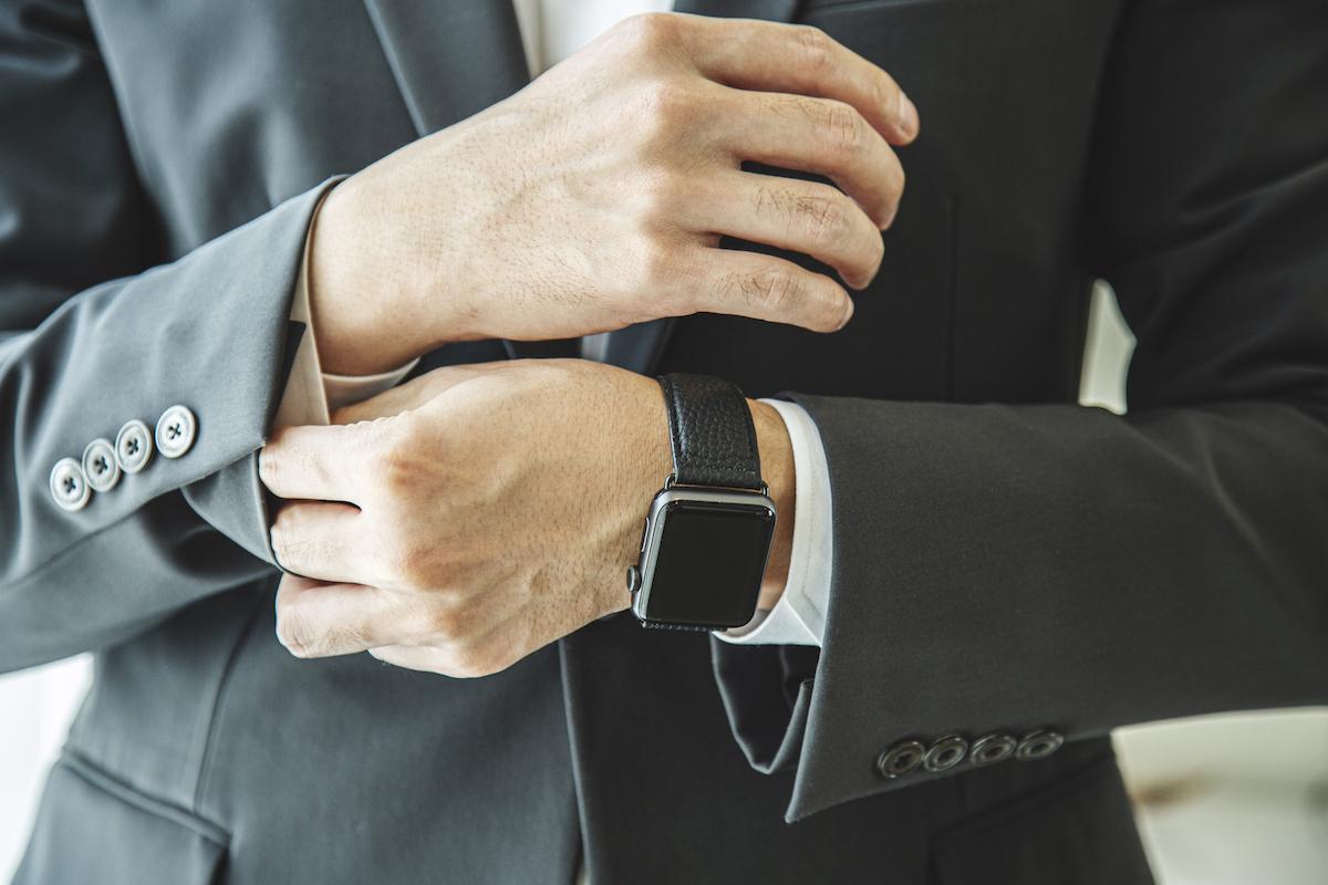 傷が付きにくいシュランケンカーフは、日常的なメンテナンスも不要。アクティブな腕元を洗練する、ワンタッチ着脱の「Apple Watchバンド」|EPONAS(エポナス)