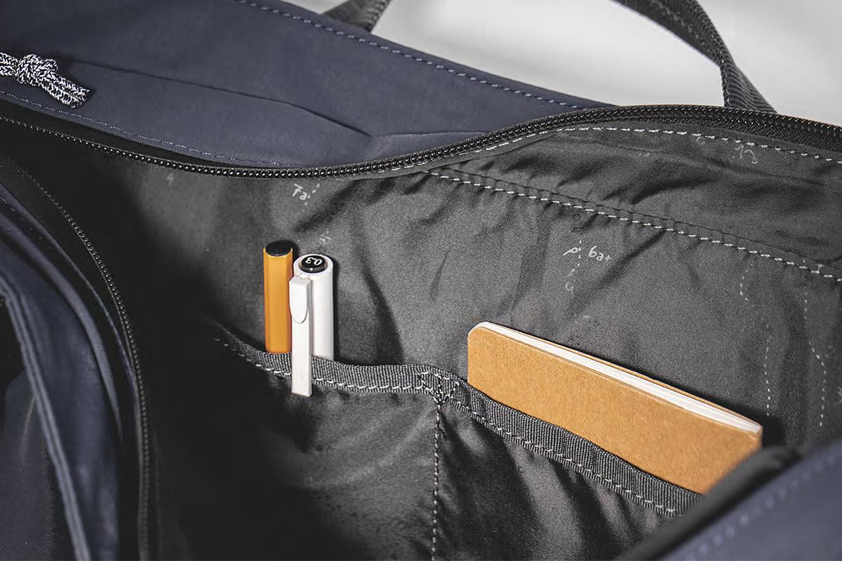 財布やスマホなどを収納できる2つのポケット付きの2WAYトートバッグ | Topologie