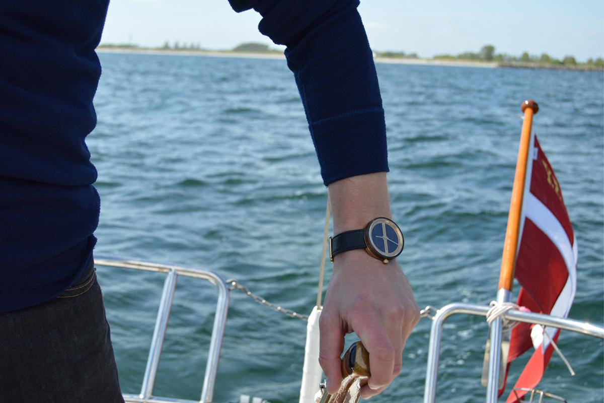 北欧デザインの巨匠が生んだ木とステンレスの斬新な組合せの腕時計|VEJRHØJ