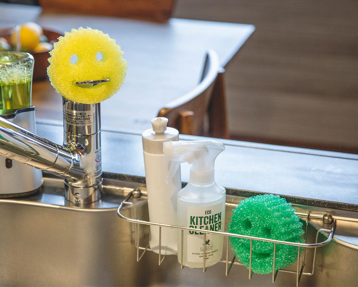 冷水をかけるとタワシのように硬く、温水をかけるとやわらかな弾力あるスポンジになる「洗浄スポンジ」|Scrub Daddy
